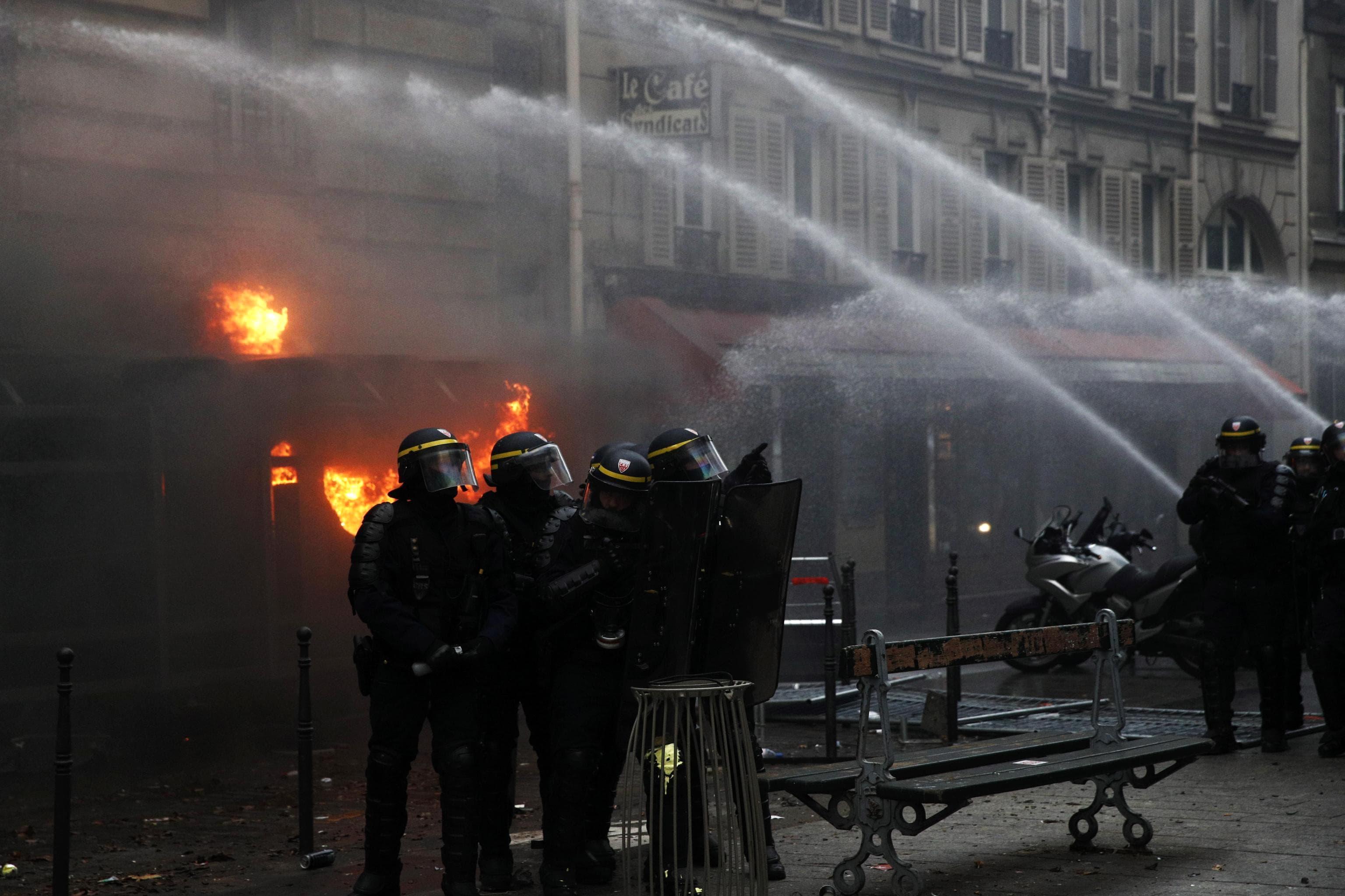 Scontri in Francia per la riforma delle pensioni. Un momento degli scontri a Parigi foto ANSA YOAN VALAT-2-2