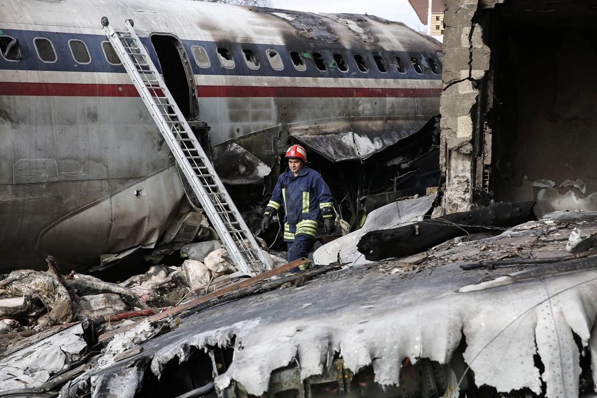 Iran Aereo Si Schianta Al Suolo In Fase Di Atterraggio Forse Un Errore Del Pilota