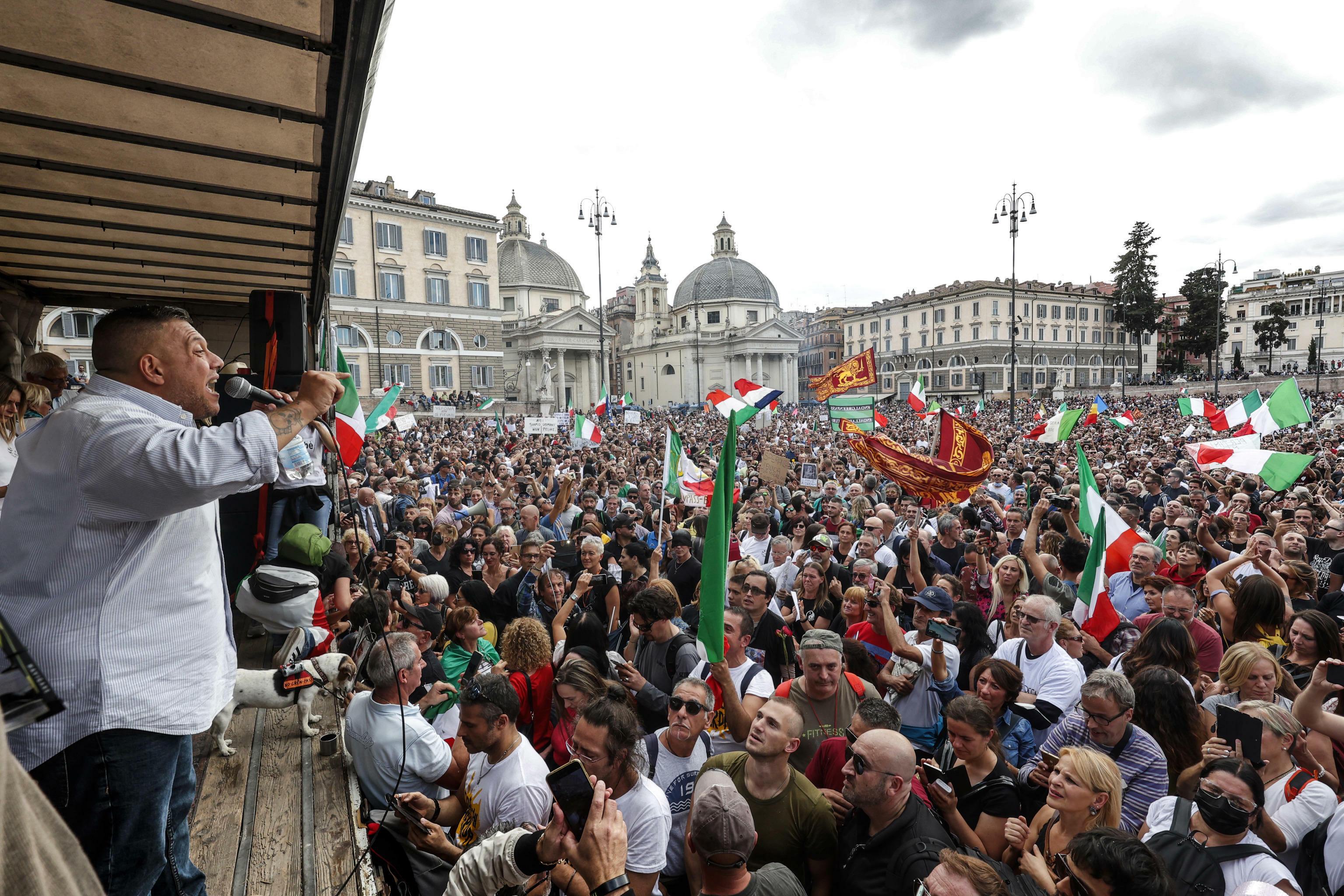 Giuliano Castellino arringa la folla no green pass a piazza del popolo-2