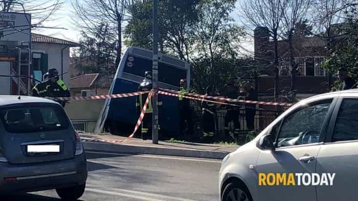 Incidenti stradali a Grottaferrata in Via dell'Artigianato, 12_ Bus va dritto -3 (1)-2