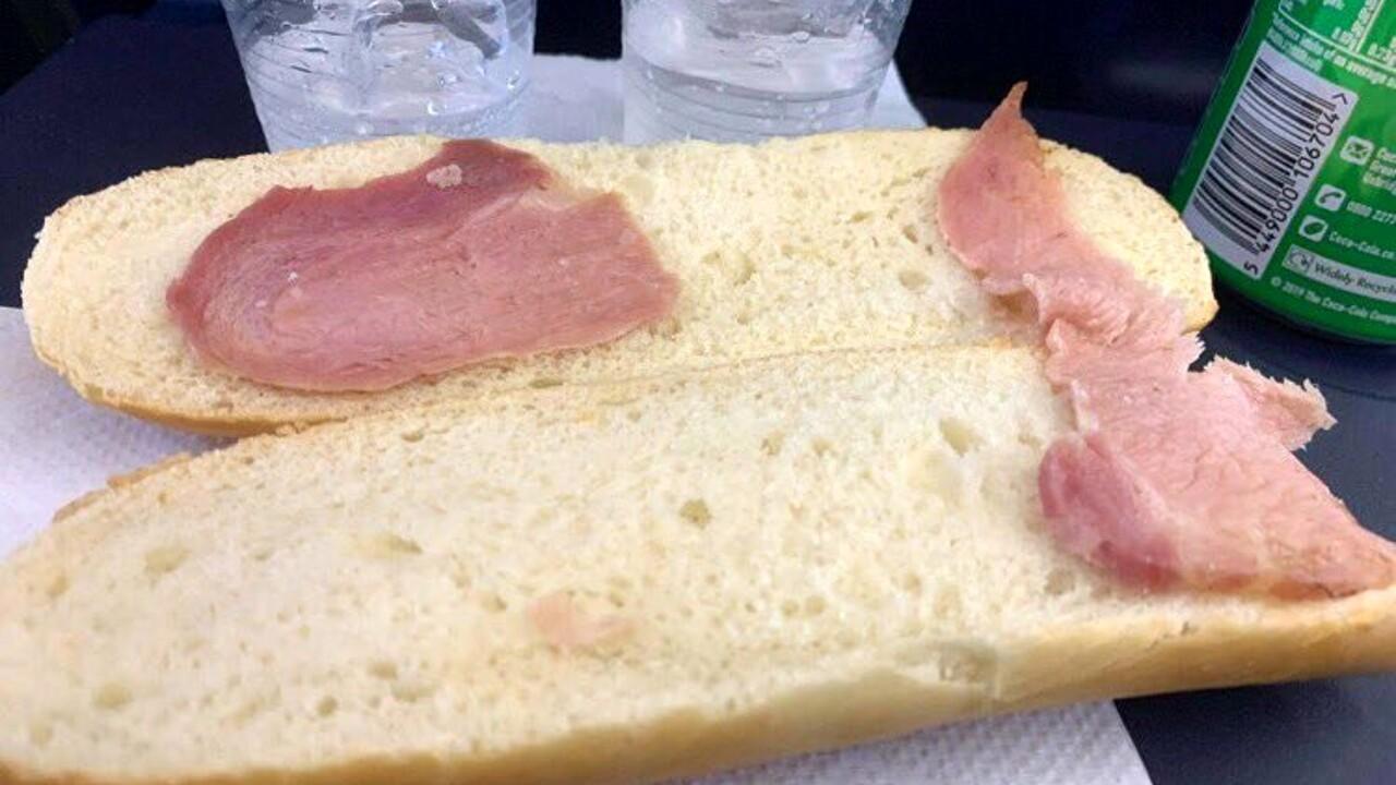 """Il """"panino più triste del mondo"""" su un volo Ryanair: la foto virale"""