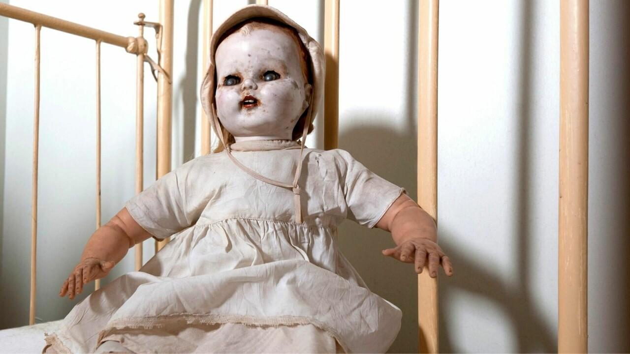 Trova murata in casa una bambola con un messaggio terrificante