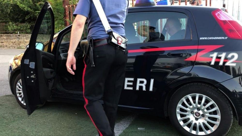 Fa sesso con una bambola gonfiabile davanti alla caserma dei carabinieri