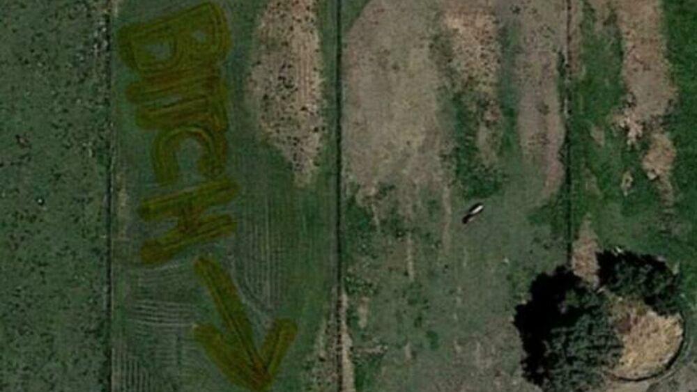 Insulta la vicina di casa scrivendolo sul prato con lettere giganti: la scoperta su Google Earth