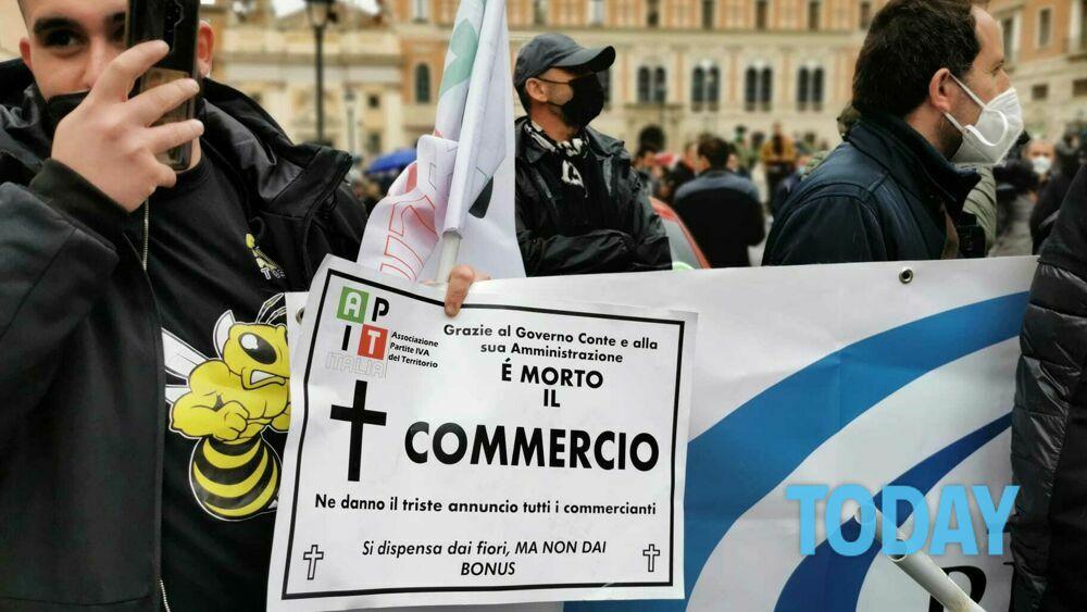 Io Apro: la lunga giornata di manifestazione, tra le proteste dei commercianti e le violenze dell'ultradestra