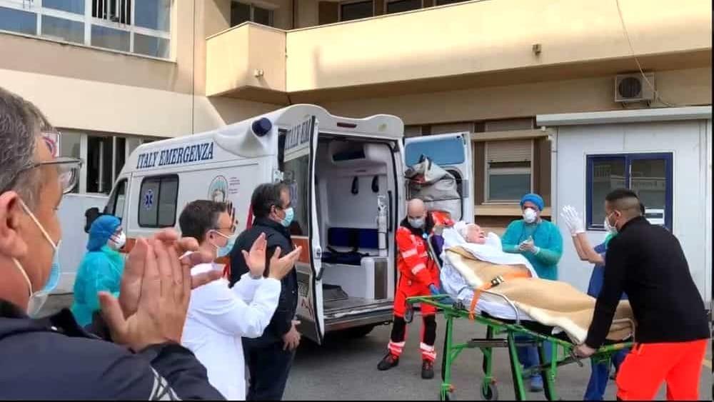 Nonna Concetta a 100 anni guarisce dal coronavirus e torna a casa tra gli applausi dei medici