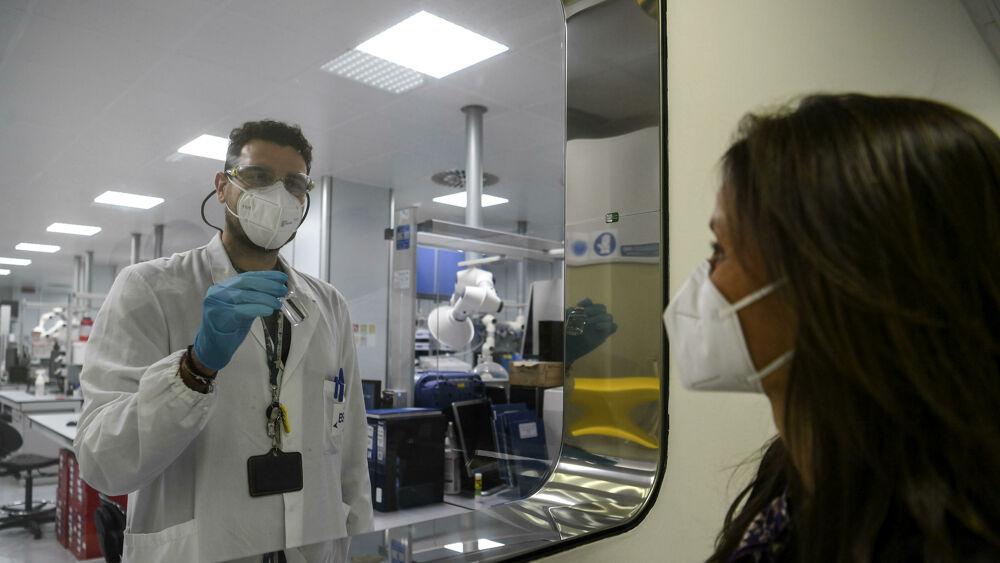 Anticorpi monoclonali ai familiari dei malati di Covid: la nuova strategia per fermare il contagio