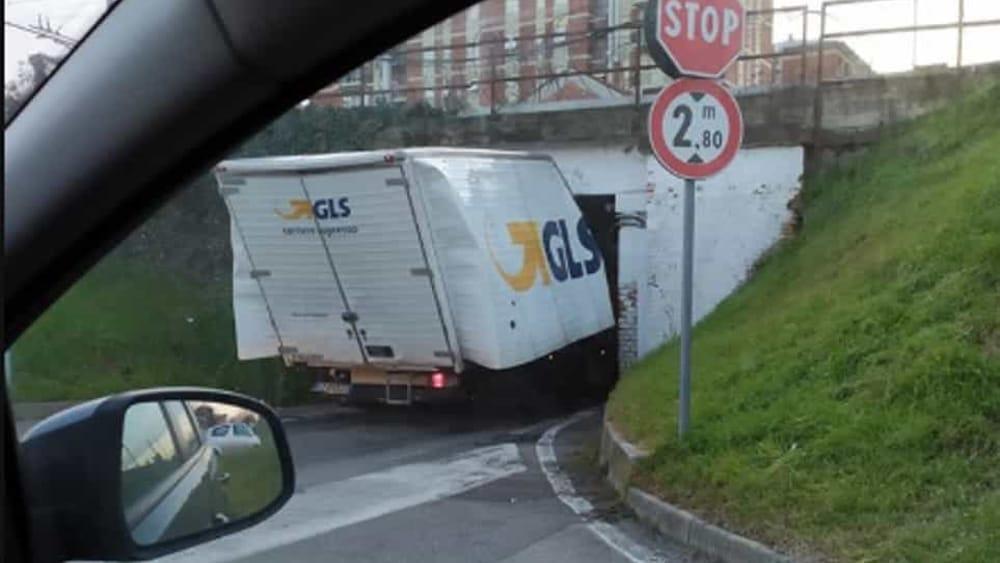 Monza, prende male le misure e il camion resta incastrato nel sottopasso