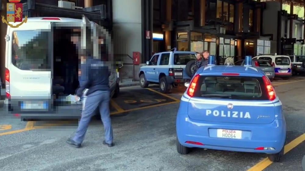 Ladro seriale in pieno centro, poi torna a casa in taxi con la cassaforte rubata: arrestato