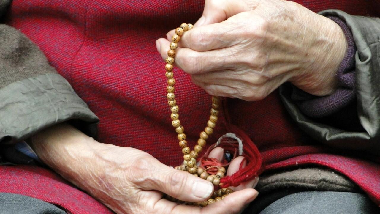 Mente alla nonna per 13 anni, pagando anche una persona, per nasconderle un fatto che le avrebbe spezzato il cuore