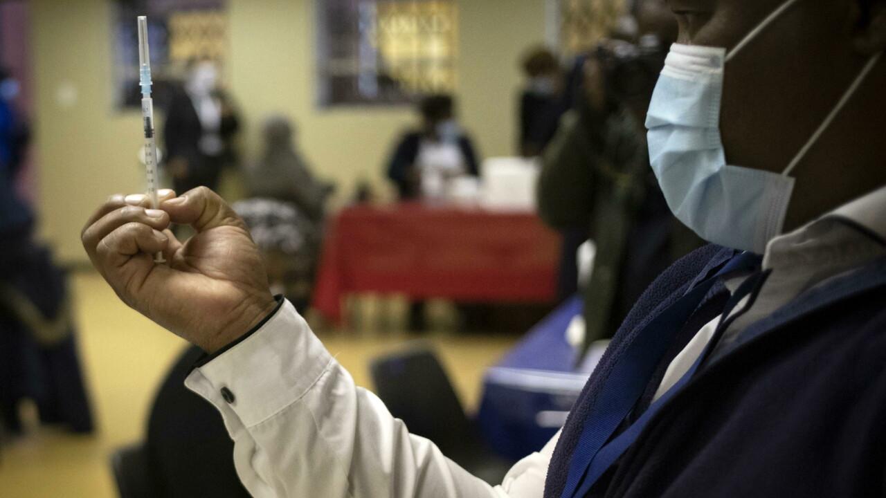 """Niente stop ai brevetti e poche dosi di vaccino inviate: abbiamo """"abbandonato"""" i Paesi poveri"""
