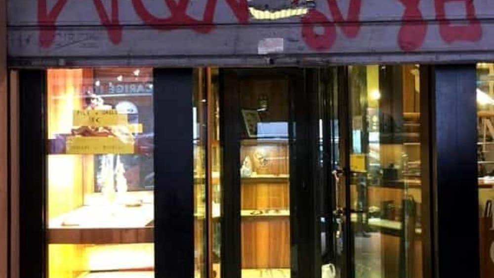 """Colpo in gioielleria a Bologna: """"Volevo già chiudere per le tasse, ora ne sono convinto"""""""