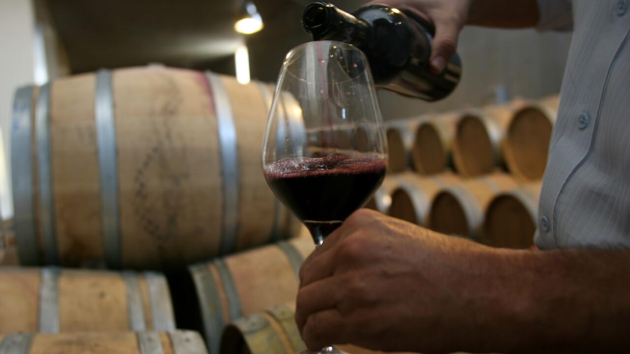 Crolla sull'aiuola, sembra un malore ma si era scolata una damigiana di vino da 3 litri