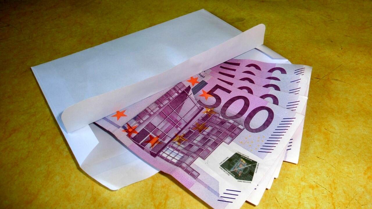 """Mamma in difficoltà trova una busta piena di soldi nella cassetta della posta: """"Gesto di gentilezza random"""""""