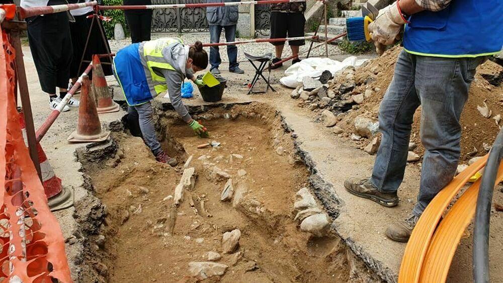 Gli operai che scavano per la fibra e trovano il corpo di una donna sepolta con il suo bambino