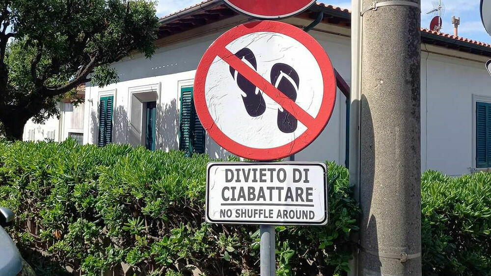 """""""Divieto di ciabattare"""": la segnaletica in strada è subito virale"""