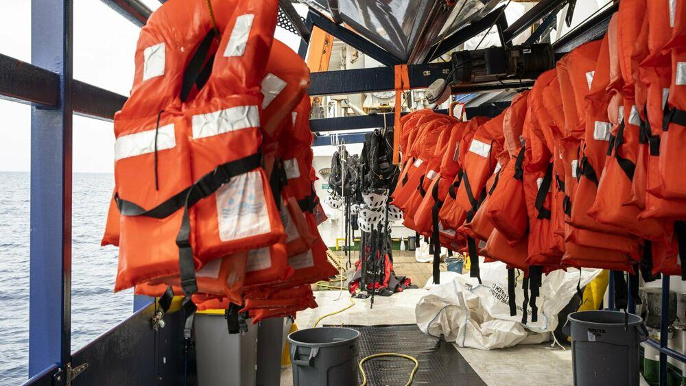 Raffica di sbarchi di migranti: oltre cinquecento in poche ore, sos da altri barconi in mare