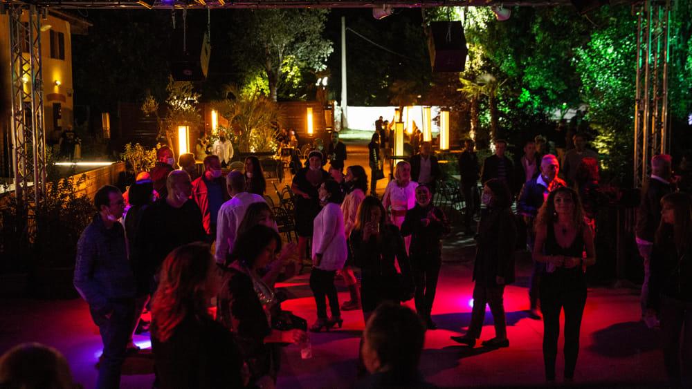 Centinaia di contagiati dopo una serata in una discoteca: erano tutti negativi al test