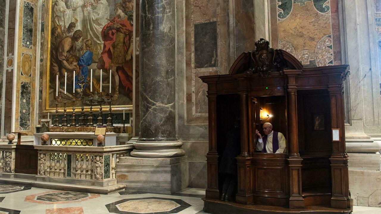 """Parigi chiede ai preti di denunciare i pedofili, i vescovi: """"Segreto del confessionale è inviolabile"""""""