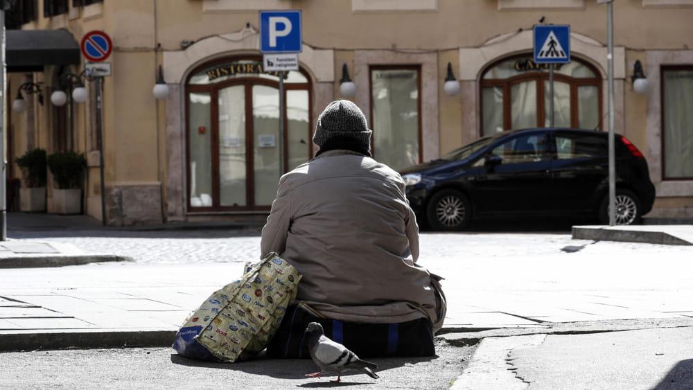 Coronavirus, il paradosso delle multe ai senzatetto: sanzionati perché non stanno a casa