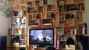Arredamento fai da te (a poco prezzo): come creare una libreria con delle cassette di legno