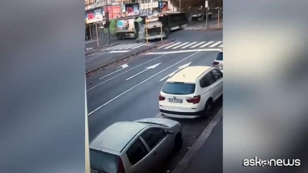 Milano, incidente mortale filobus: la dinamica dello schianto