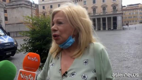 Sandra Milo si incatena alla transenna e viene ricevuta da Conte