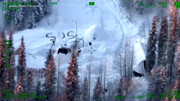 """Sopravvive per 23 giorni al gelo in Alaska: salvato grazie a un """"sos"""" scritto sulla neve"""
