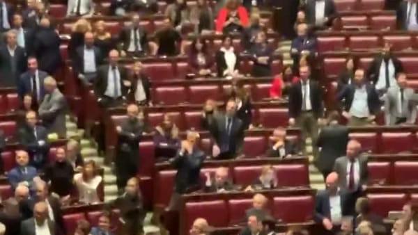 Rissa alla Camera dei Deputati: sedia sfasciata e polso slogato