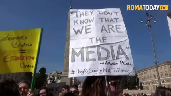Manifestazione per il clima a Roma, in centinaia in piazza del Popolo con Greta