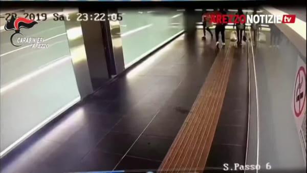 Paura in stazione: ragazza colpita con un pugno in faccia senza motivo