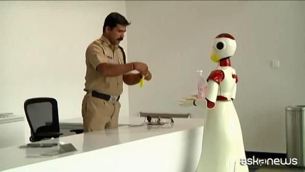 Coronavirus, in India i robot offrono mascherine e disinfettante