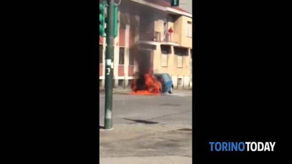 Auto ferma al rosso prende improvvisamente fuoco