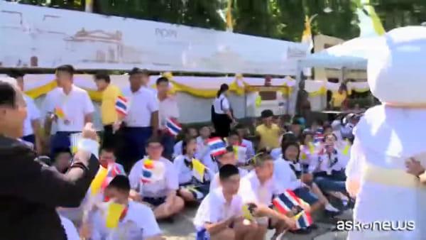 Papa Francesco arrivato in Thailandia accolto dalla cugina suora