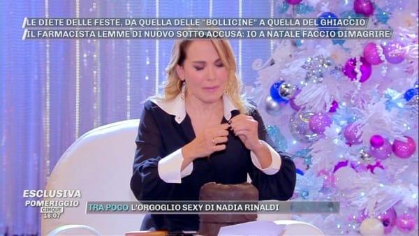 Barbara D'Urso, incidente in diretta: si ferisce col coltello per tagliare un panettone