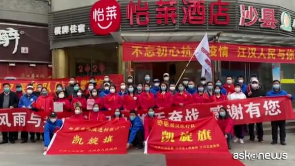 Cina, i medici tornano a casa. La città di Wuhan li ringrazia