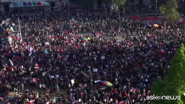 """Cile, in migliaia in piazza per """"la marcia più grande di tutte"""""""