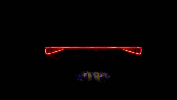 Una pellicola colorata avvolge la nuova SEAT Leon in attesa dell'anteprima mondiale (VIDEO)