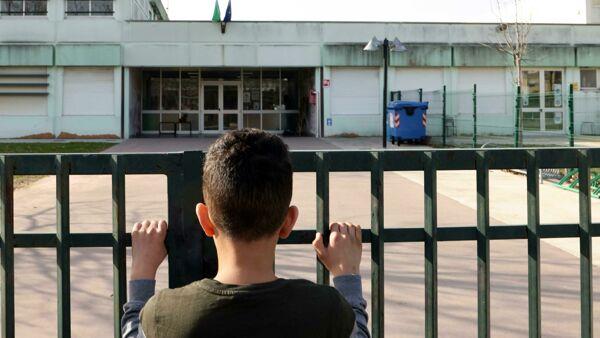 """La scuola è (ancora) a rischio chiusura: """"In aula ci si contagia, studenti a casa fino a fine aprile"""""""