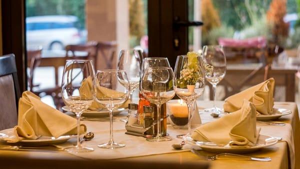 La cena di compleanno al ristorante in zona bianca: 43 contagiati e un morto
