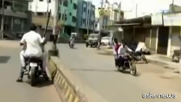 Coronavirus, polemiche in India per la violenza della polizia