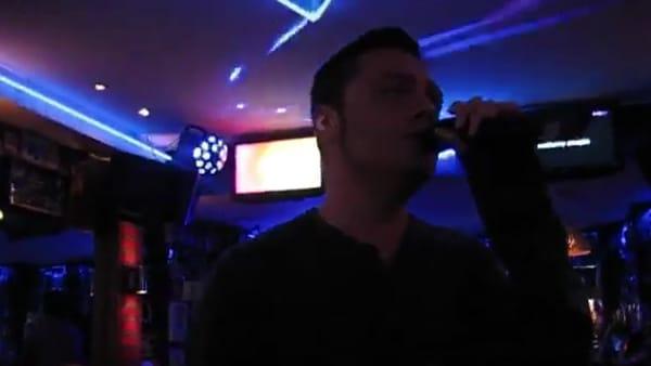 VIDEO | Tiziano Ferro canta al karaoke in un pub ma nessuno lo riconosce
