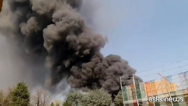 Gallarate, a fuoco ditta materie plastiche: alta colonna di fumo
