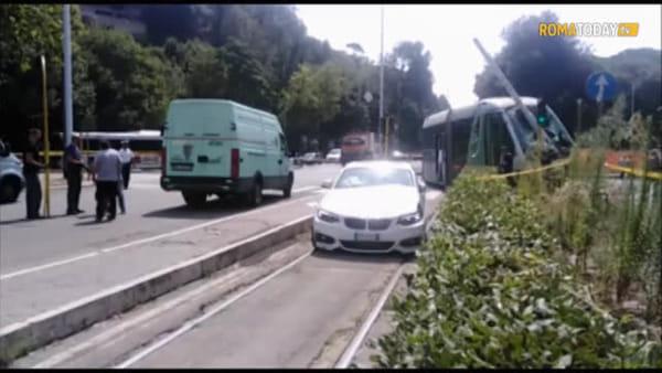 Roma, tram si scontra con auto e deraglia: ci sono feriti