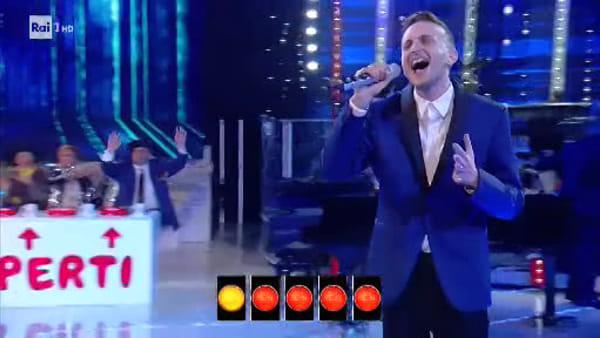 La Corrida, seconda puntata: Emanuele Salemi canta 'Come saprei' e incanta il pubblico