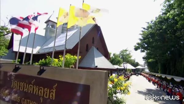 Papa visita ospedale a Bangkok: proteggere donne e bambini