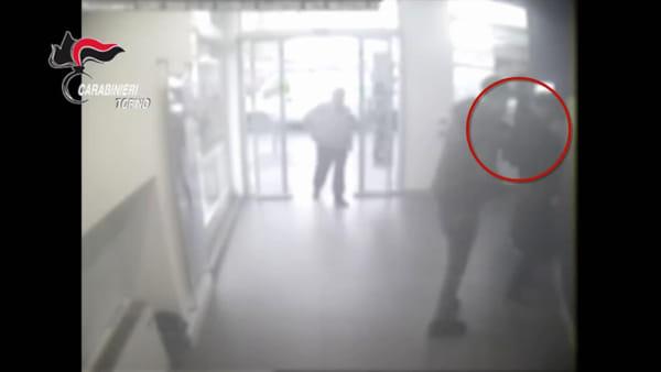 """""""Tutto bene, come va?"""", poi derubava le donne al bancomat: arrestato"""