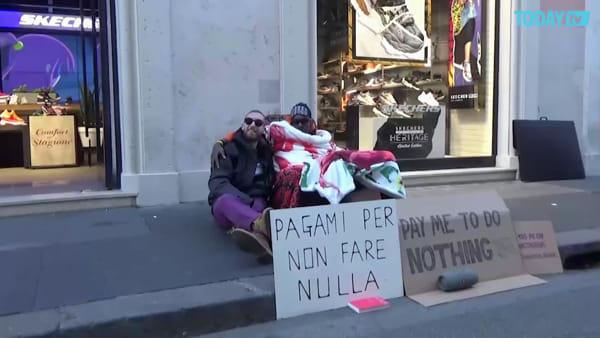 """""""Pagami per non fare nulla"""": immigrato raccoglie 33 euro in un'ora"""