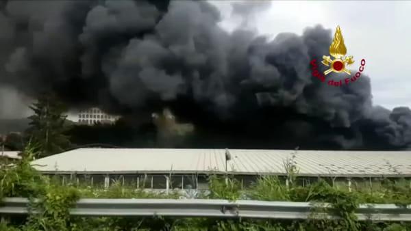 Maxi incendio a Roma, in fiamme deposito di pneumatici