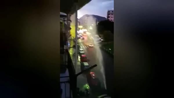 Si rompe una condotta, il getto d'acqua arriva fino al terzo piano | Video